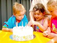 A kislány kap, a kisfiú csak nézheti. De kap kekszet.  Fotó: Freeimages